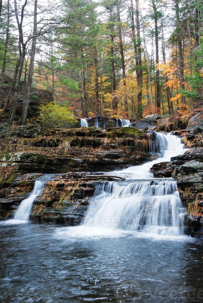 cascata d'autunno in montagna foto
