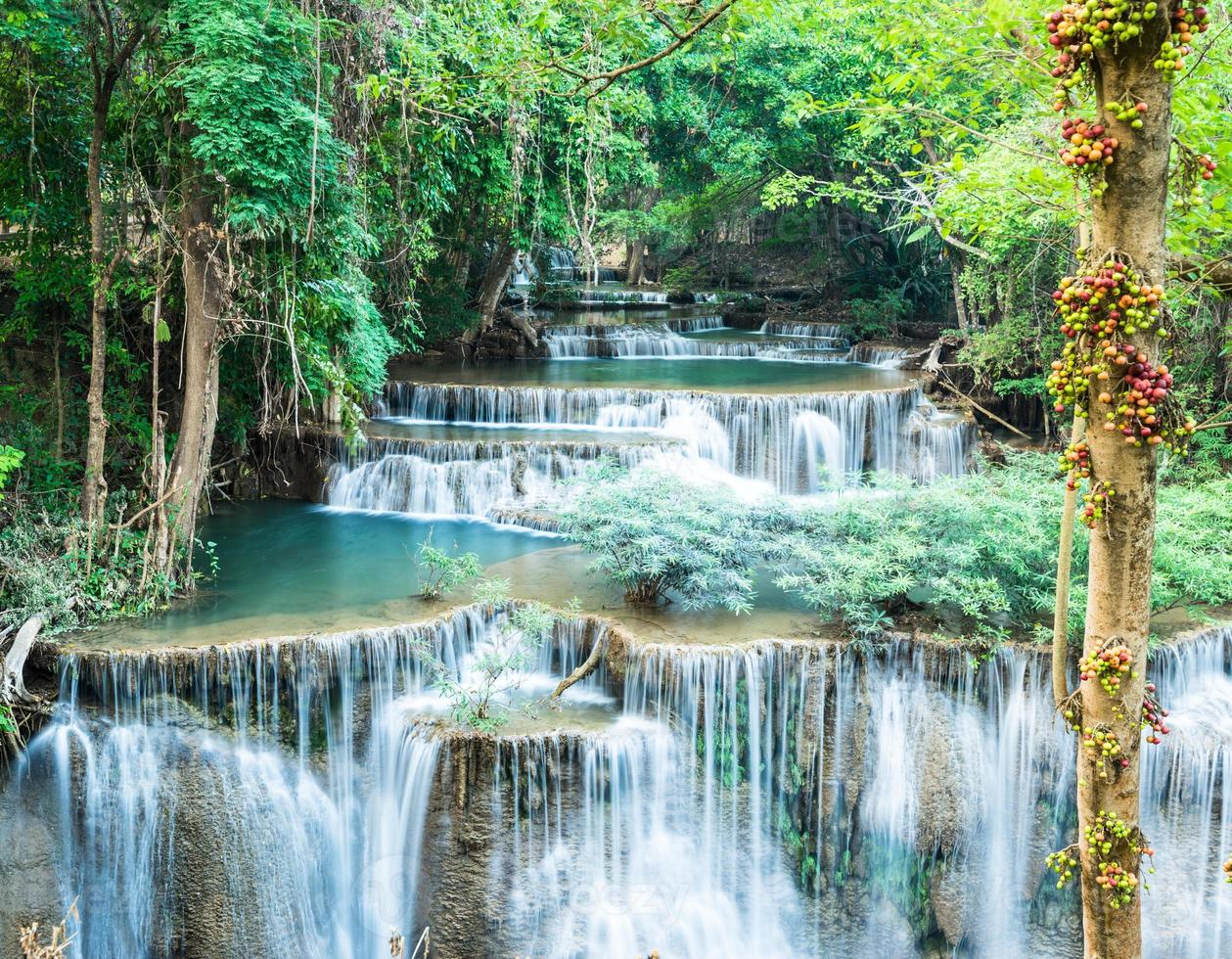 Cascata profonda della foresta a Huay Mae Kamin, Kanchanaburi, Tailandia foto