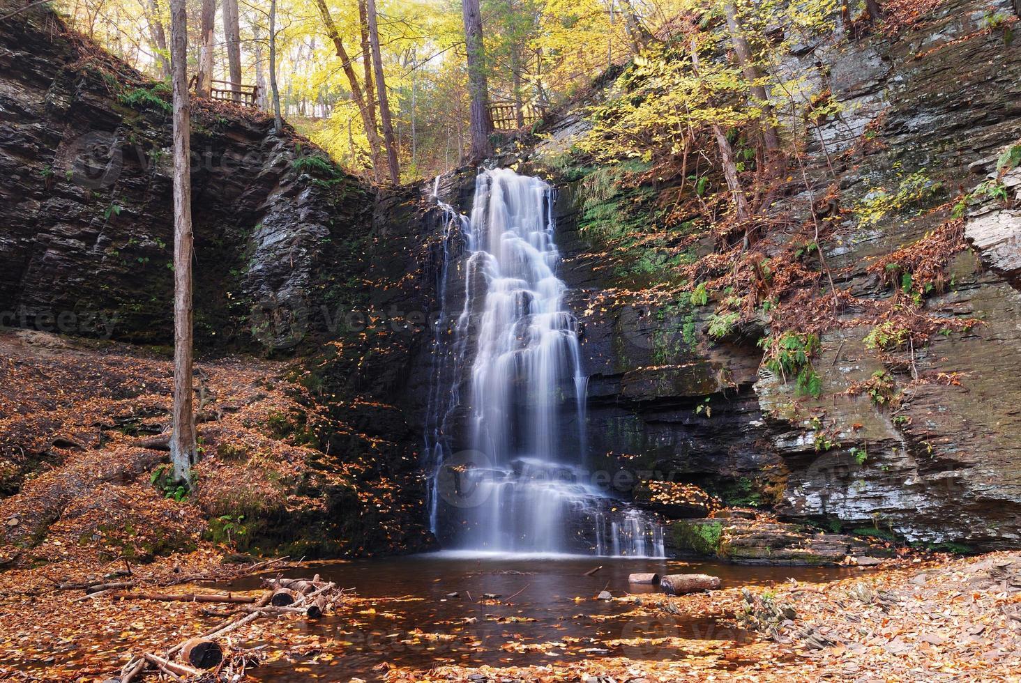cascata d'autunno in montagna. foto