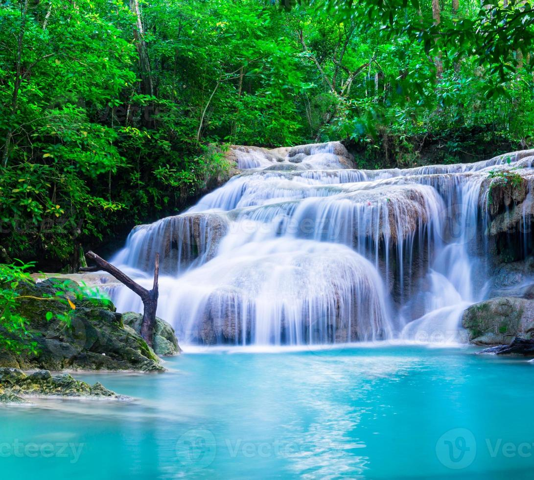 cascata al parco nazionale di erawan, kanchana buri, thailandia foto