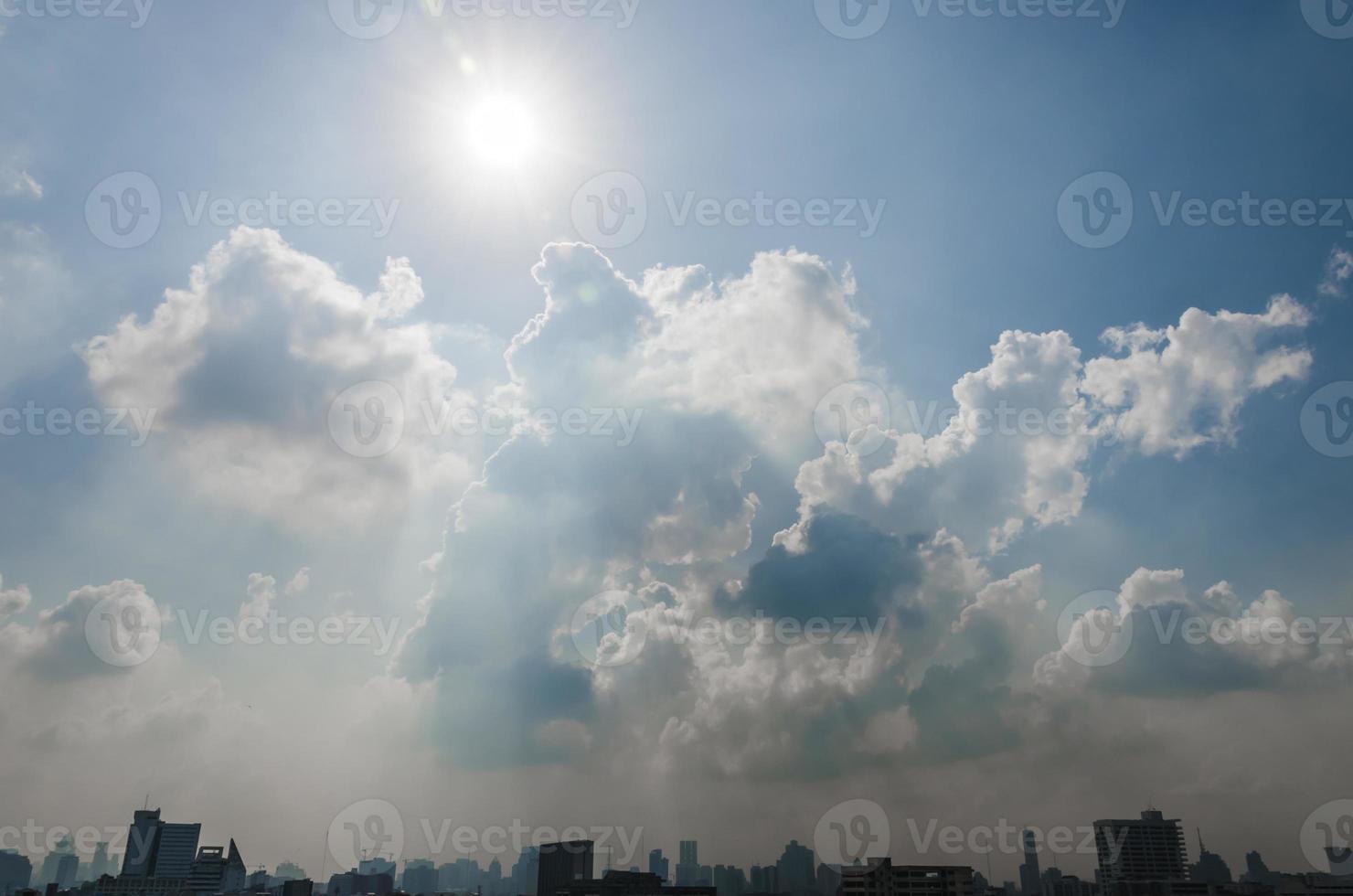 sole e nuvole nel cielo blu sopra la città di Bangkok foto
