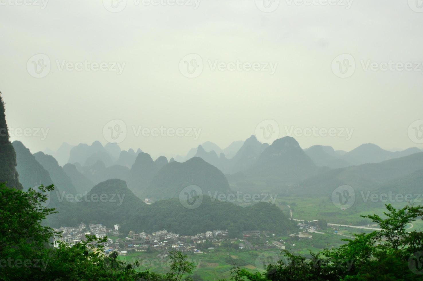 guilin li fiume carsico paesaggio montano a yangshuo foto