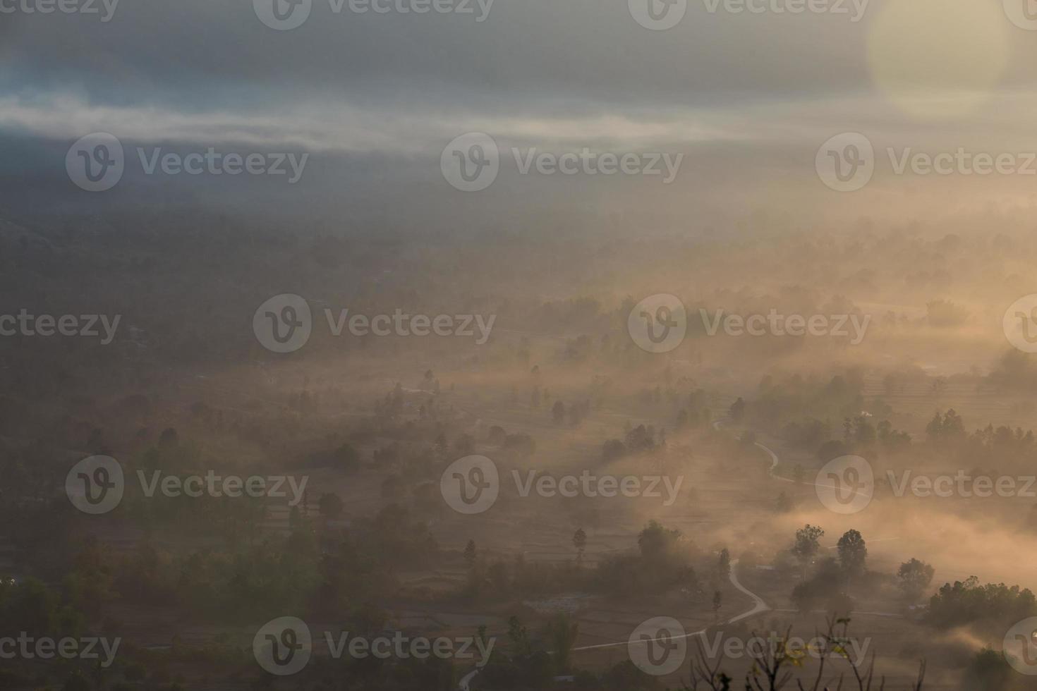 nebbia e nuvole paesaggio di alba valle di montagna foto