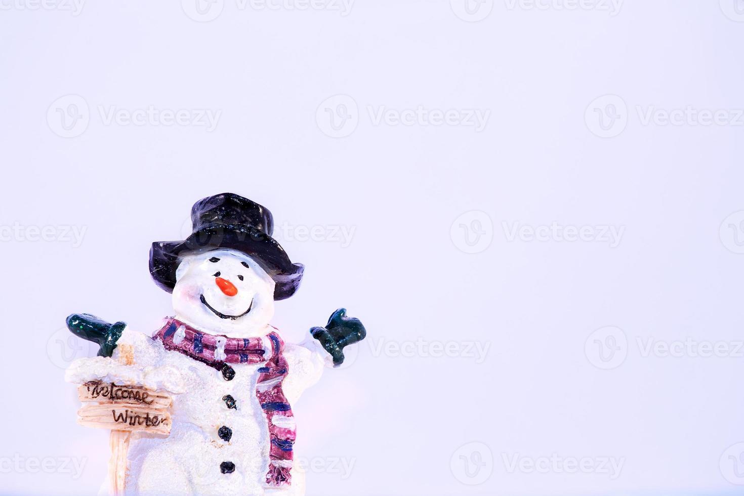 piccolo pupazzo di neve accoglie l'inverno. foto