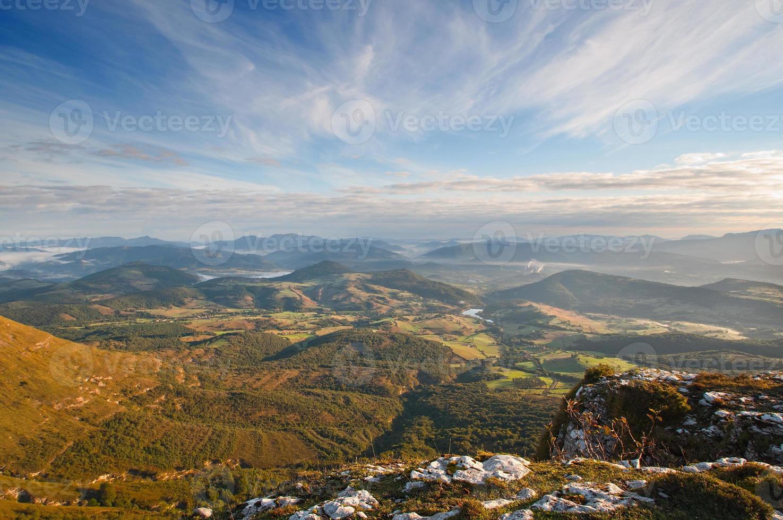 vista valle all'alba dalla cima delle montagne foto