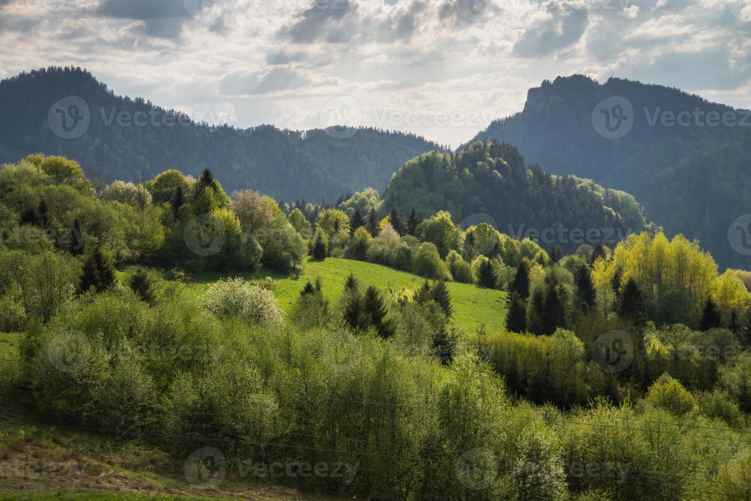 paesaggio panoramico colline e montagne e cielo nuvoloso blu foto