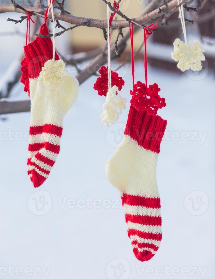 stivale natalizio di babbo natale per regali all'esterno foto