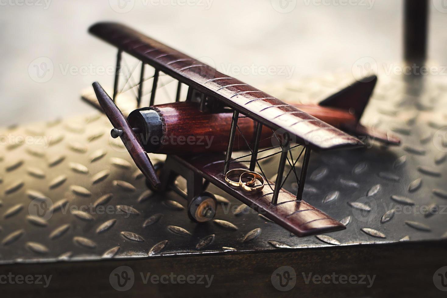 fedi nuziali sull'aeroplano giocattolo ala foto