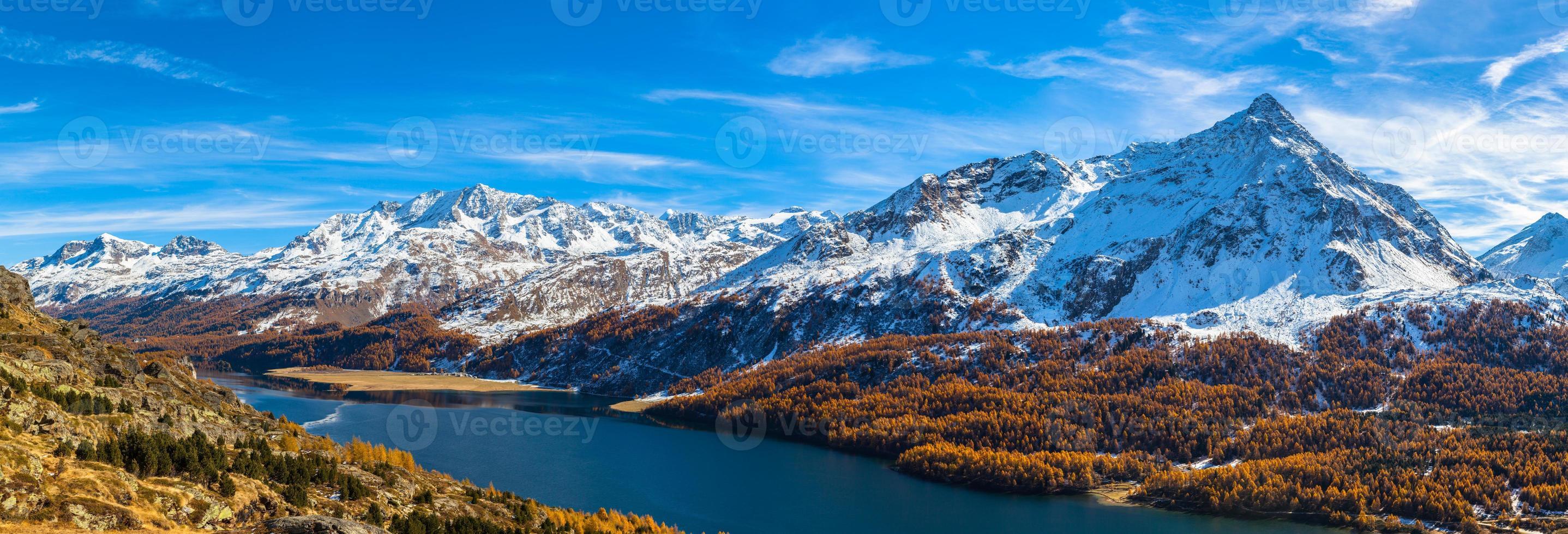 vista panoramica del lago di sils e delle alpi engadinesi in autunno foto