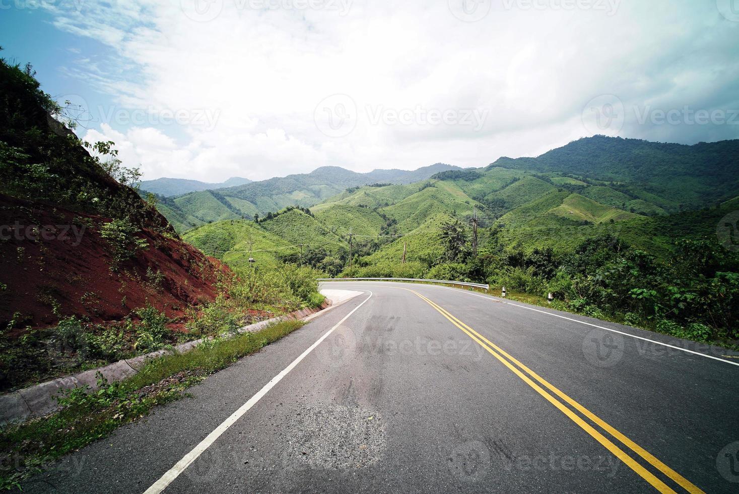 strada di campagna sulla montagna foto