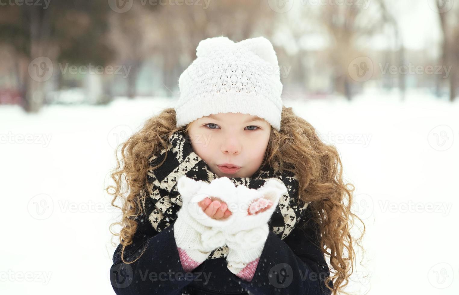 bambina sorridente in inverno, parco freddo foto