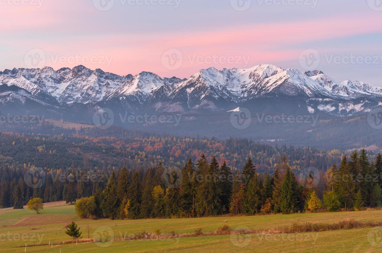 panorama mattutino dei monti tatra in autunno, polonia foto