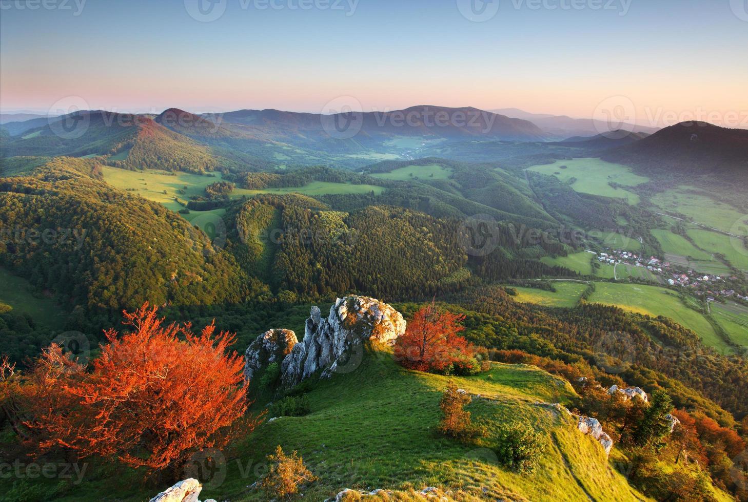 una vista dall'alto sulle montagne autunnali foto