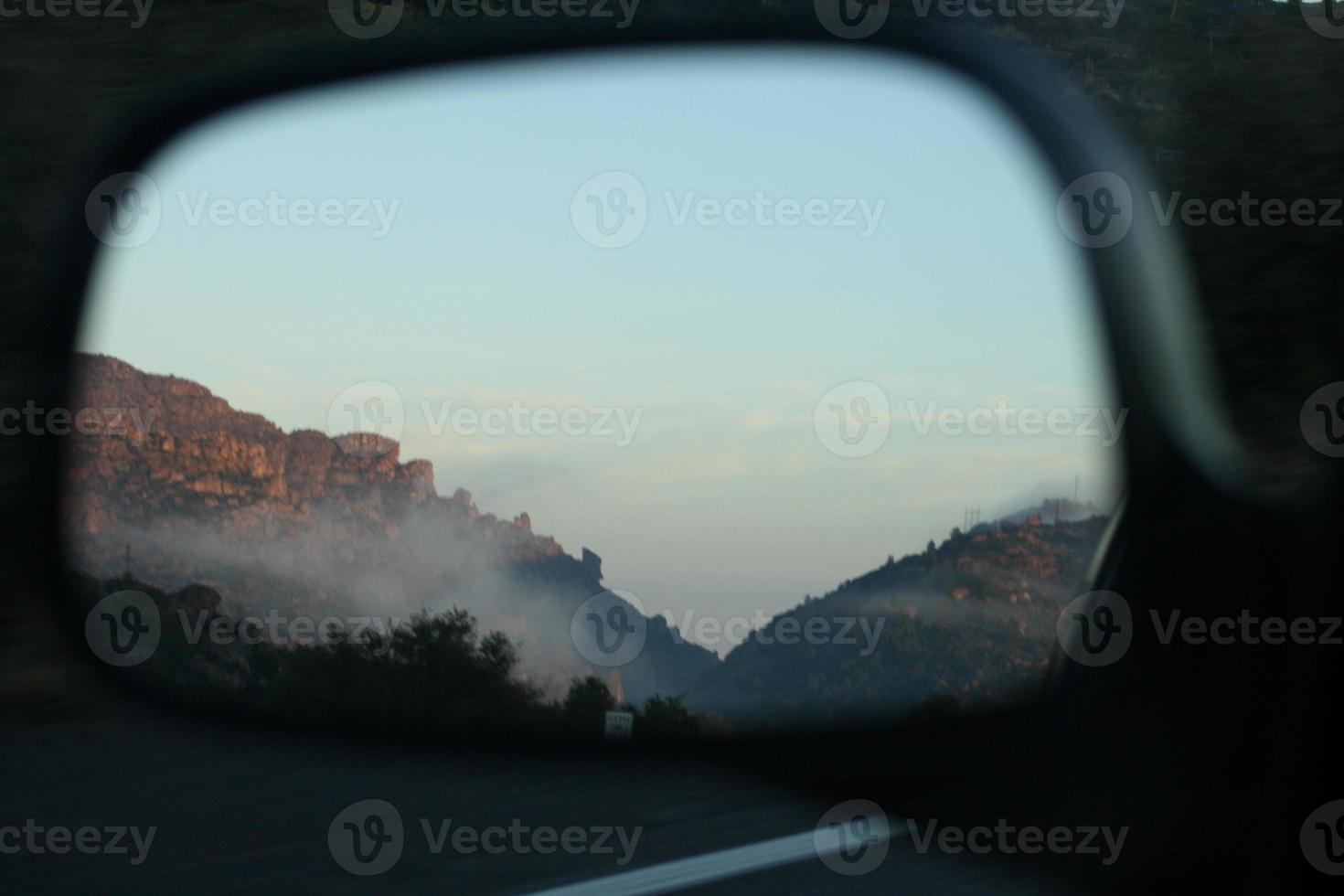montagna nebbiosa nello specchietto retrovisore foto