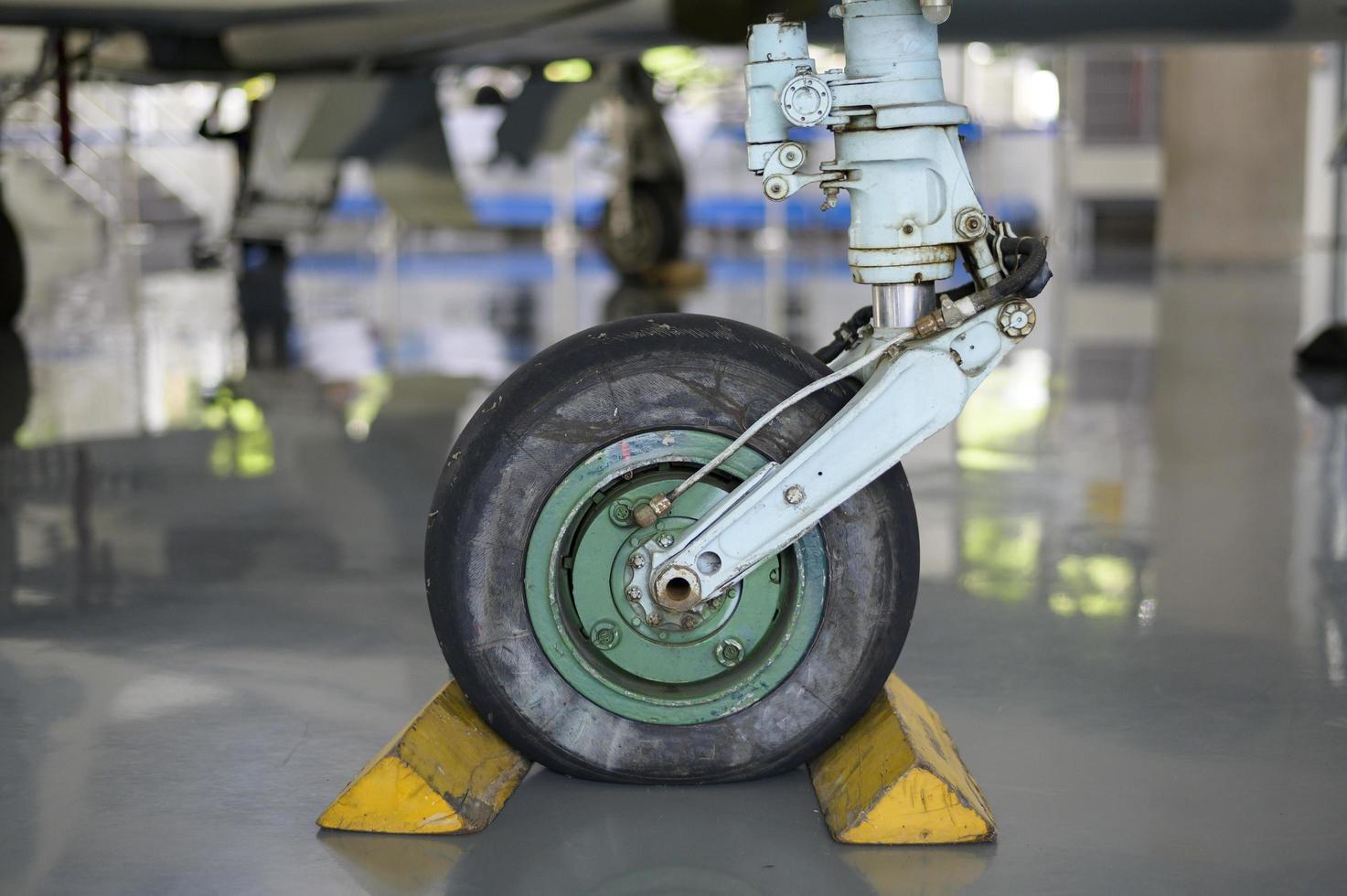Close up della ruota dell'aeroplano in un aeroporto foto