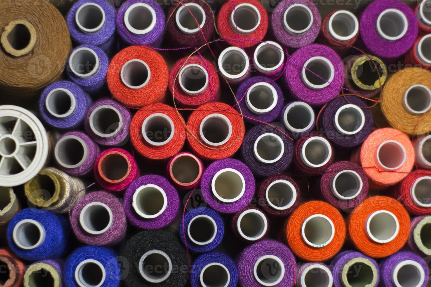 rocchetti colorati di filo foto