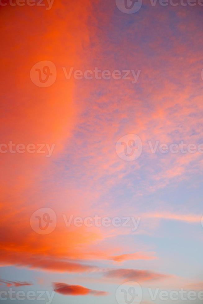 tra le nuvole colorate e lo sfondo astratto foto