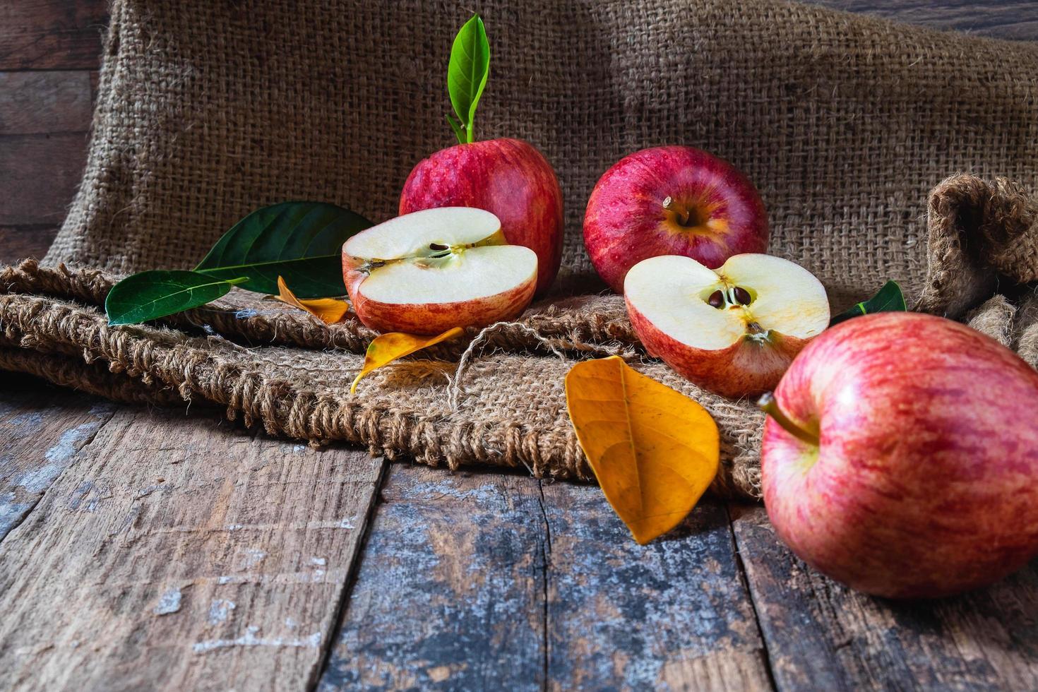 mele rosse su un tavolo di legno foto