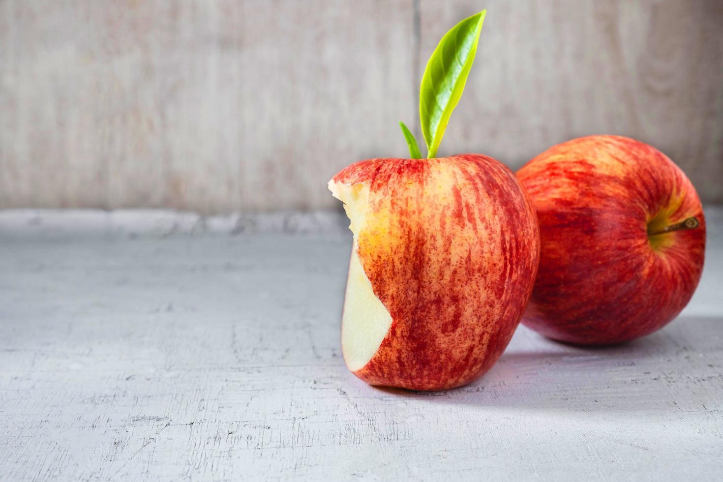 mele rosse su un tavolo grigio foto