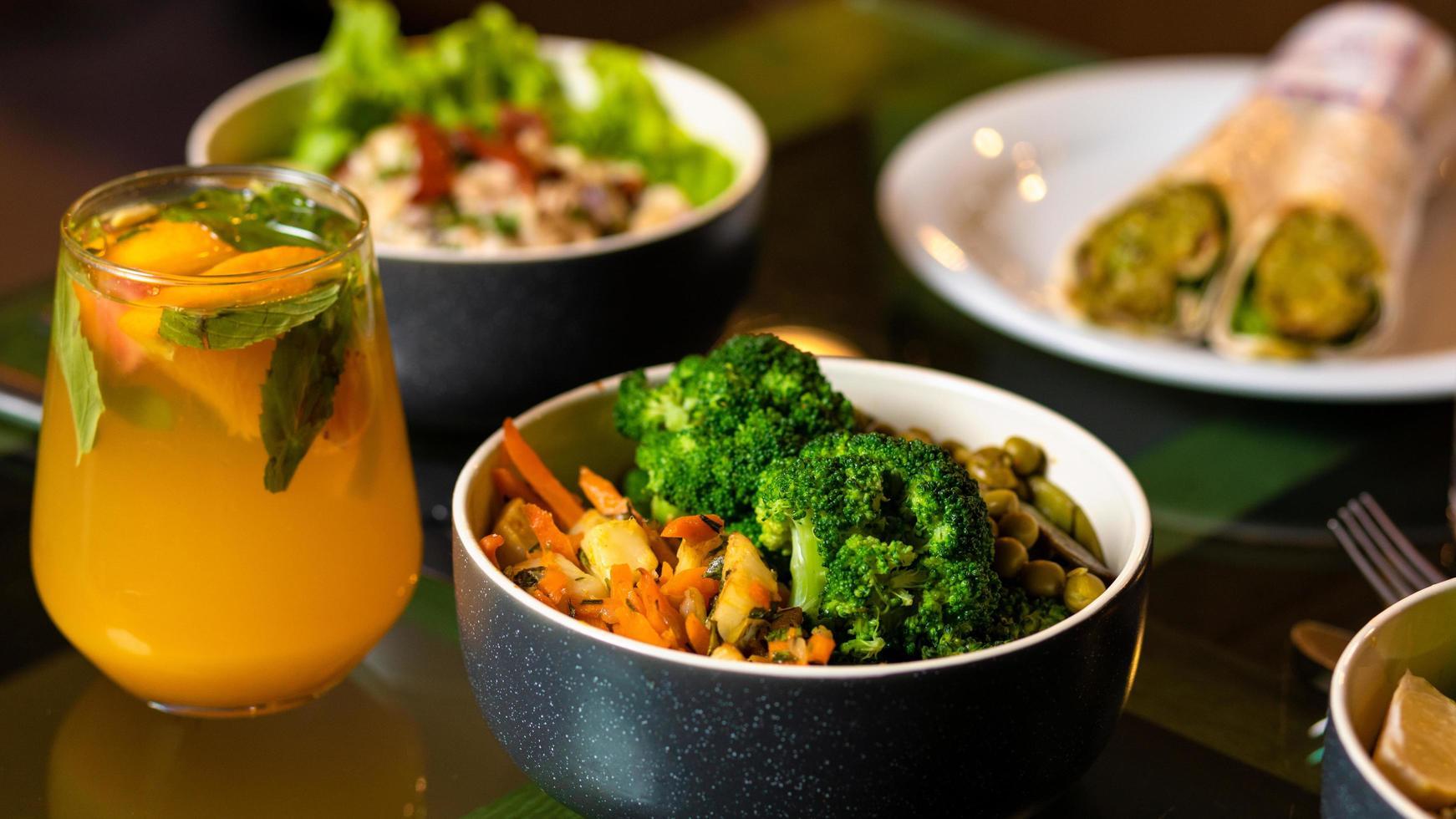 insalata vegetariana con succo d'arancia foto