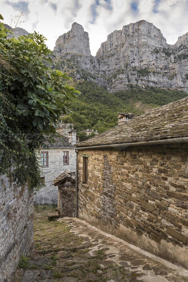 Montagne sopra il villaggio di pietra di Vitsa, Zagoria, Grecia foto