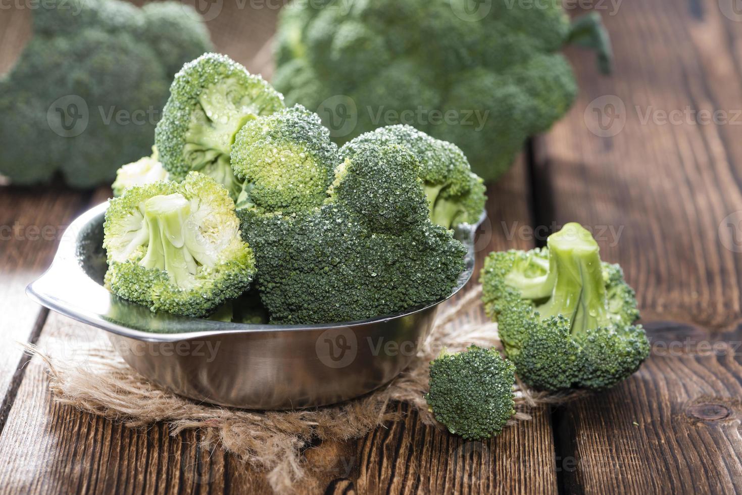 ciotola con broccoli freschi foto