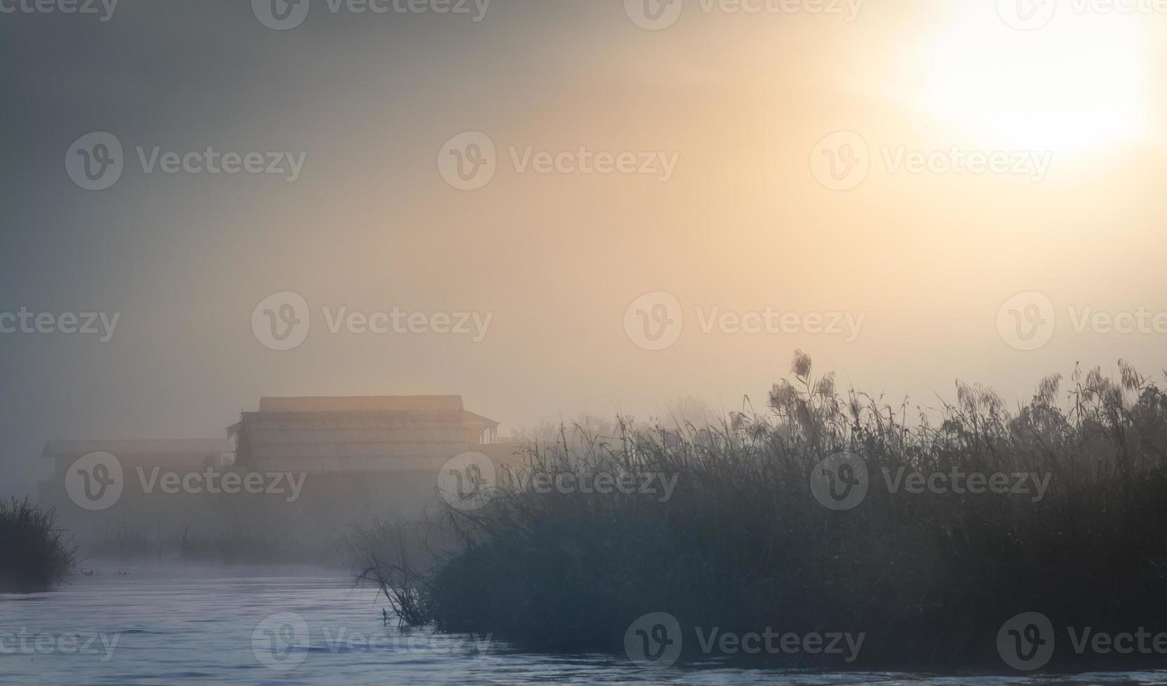 fienile nella nebbia foto