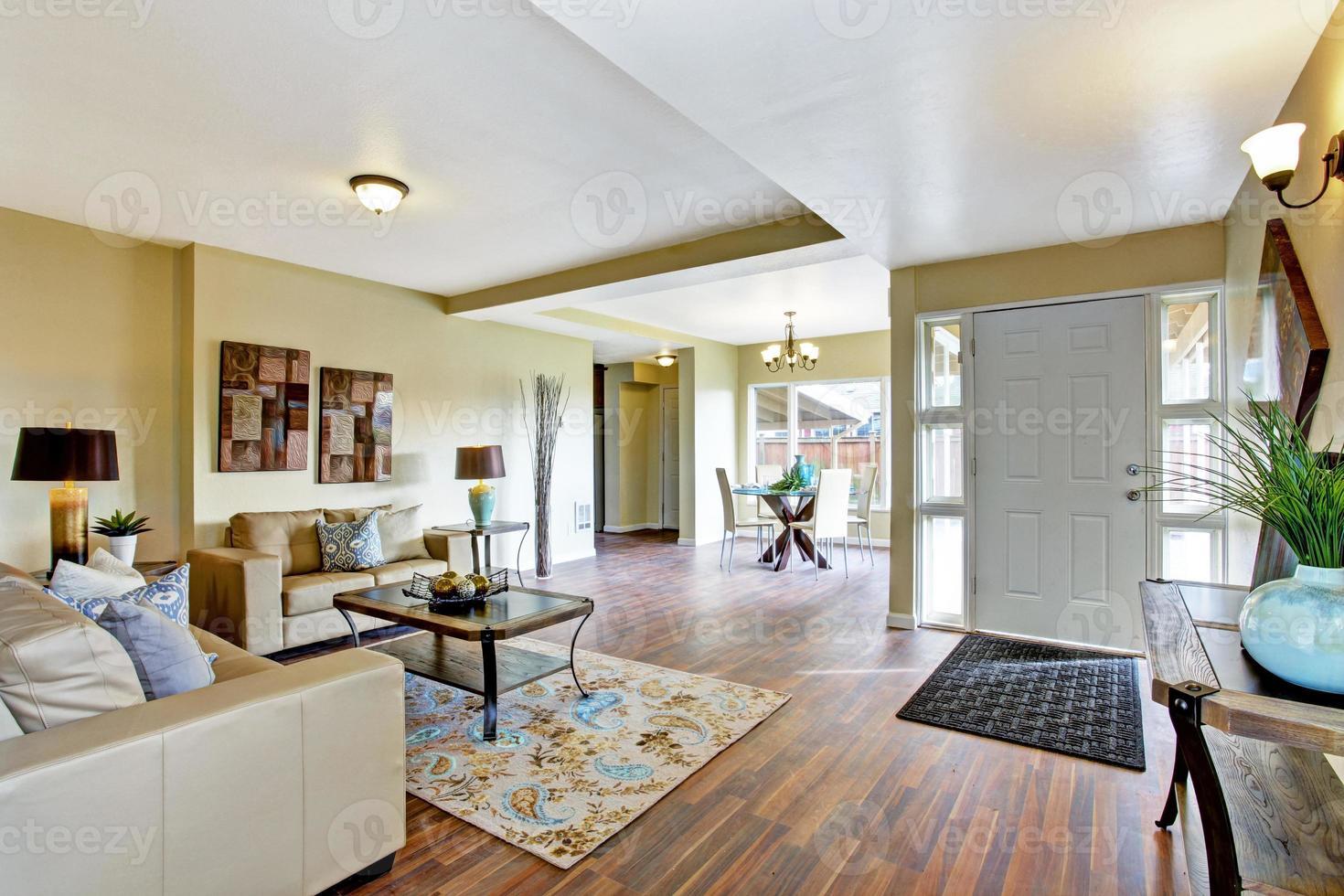 interno della casa. soggiorno con zona pranzo foto