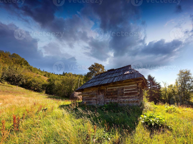 vecchia casa in montagna in estate foto