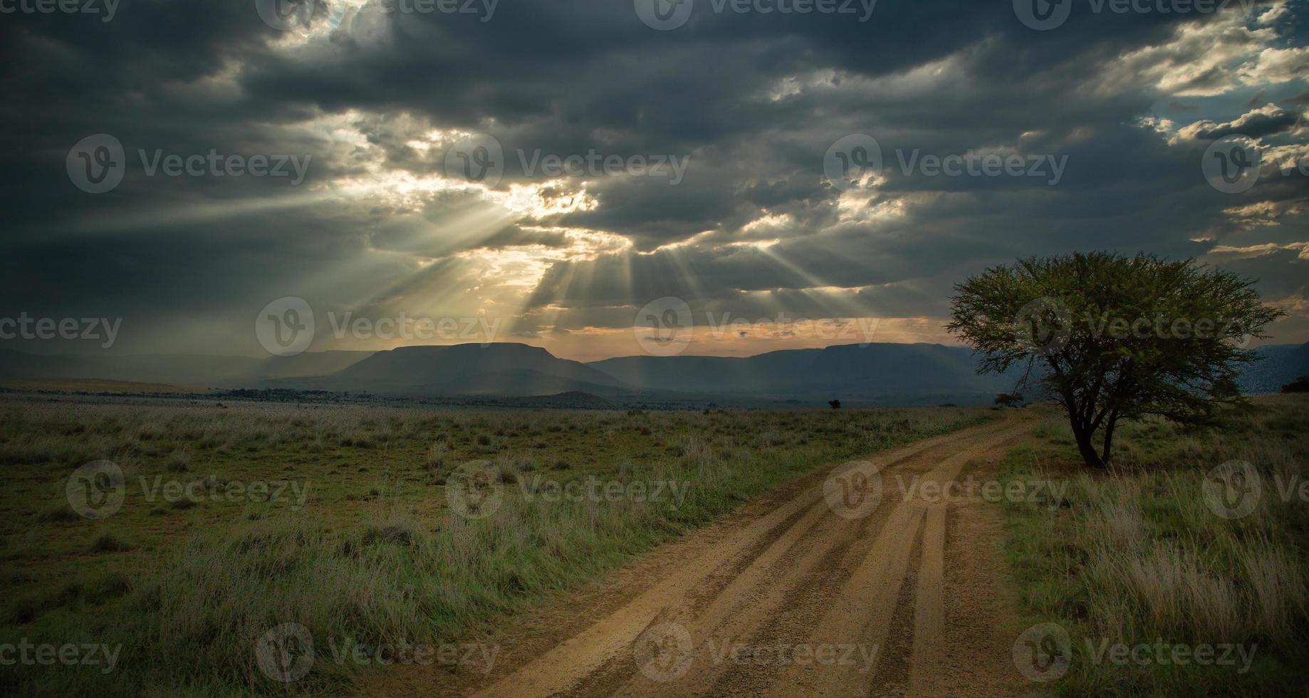 strada agricola prima della tempesta foto