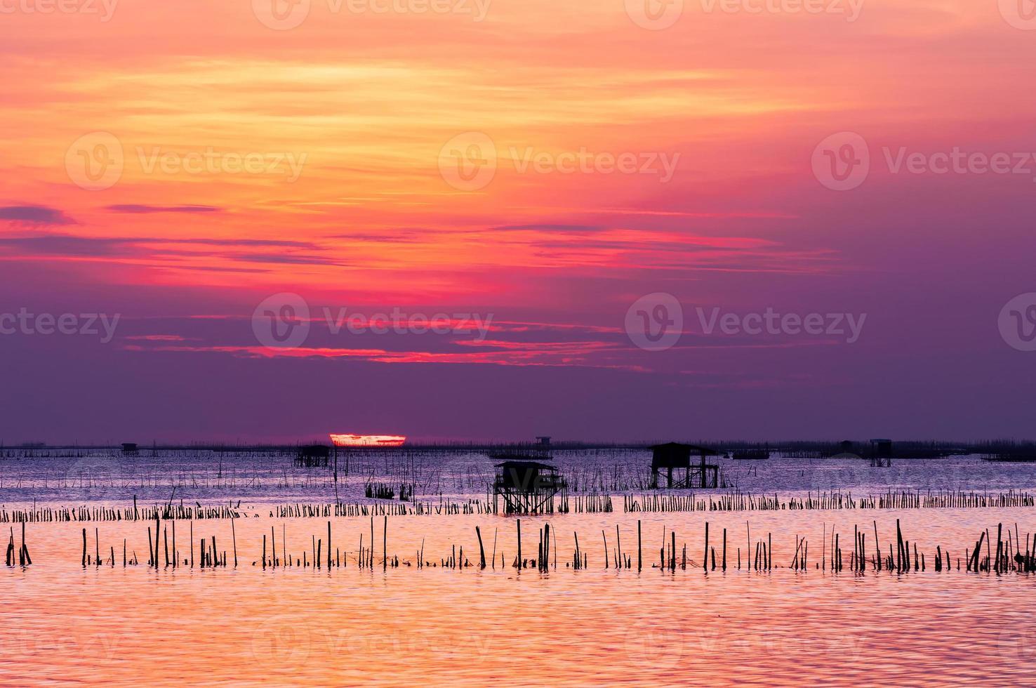sagoma della casa di pesca tailandese al tramonto foto