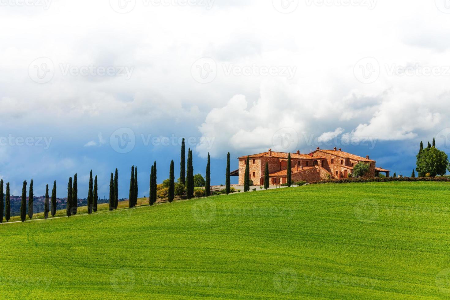 casa con alberi nel paesaggio toscano, italia foto
