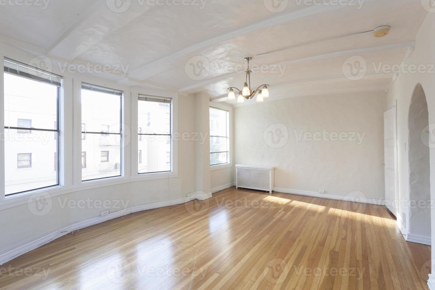stanza dell'appartamento vuota e pulita. foto