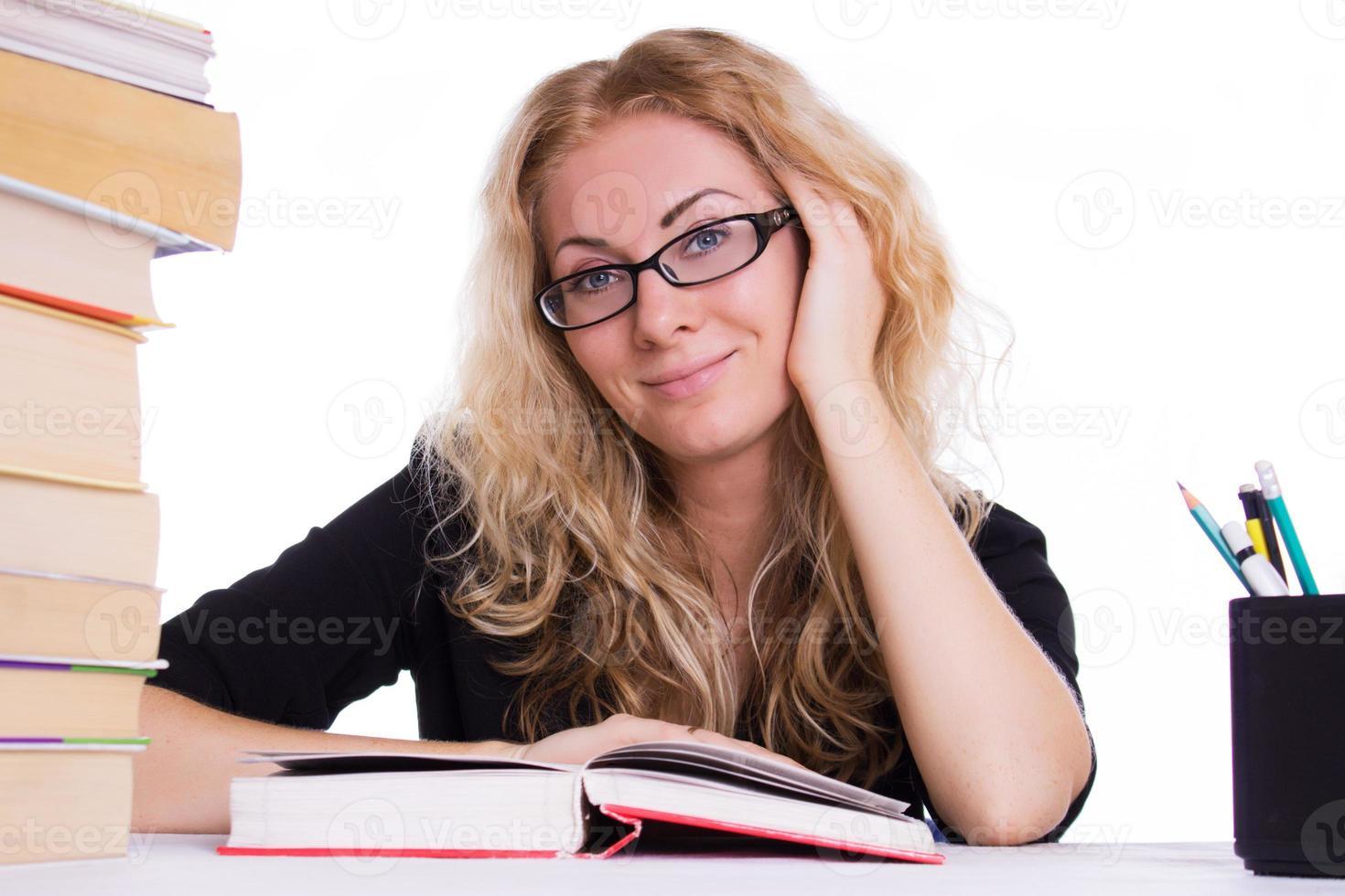 ragazza studentessa sorridente con una pila di libri foto