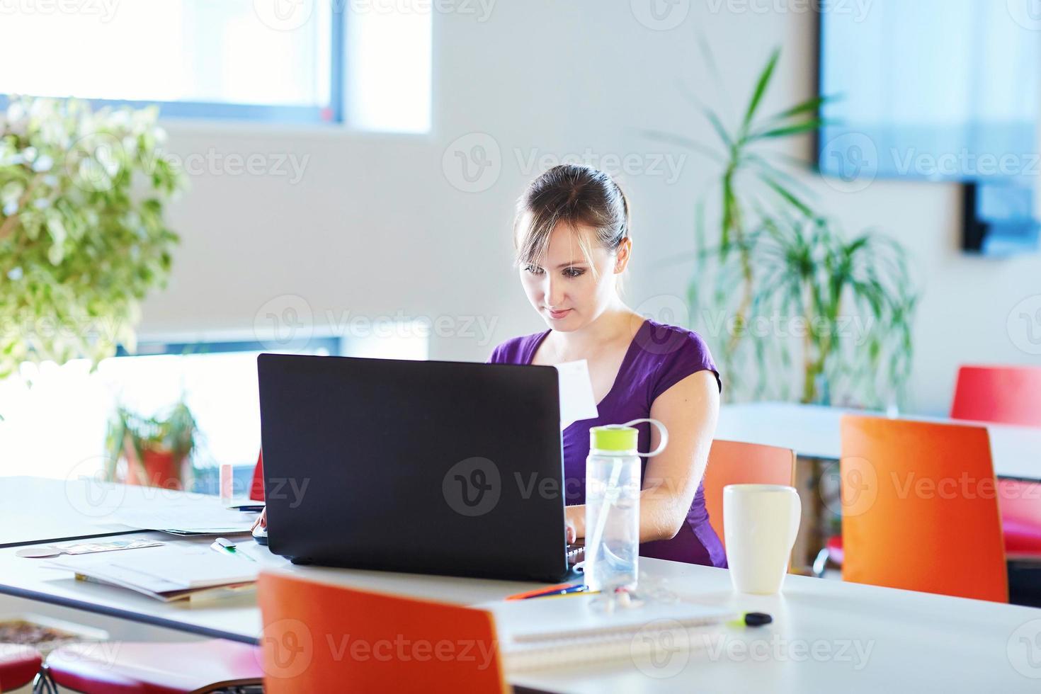 bella giovane studentessa che studia in biblioteca o in classe foto