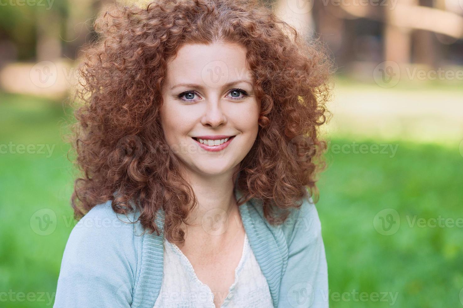 sorridente giovane donna all'aperto foto