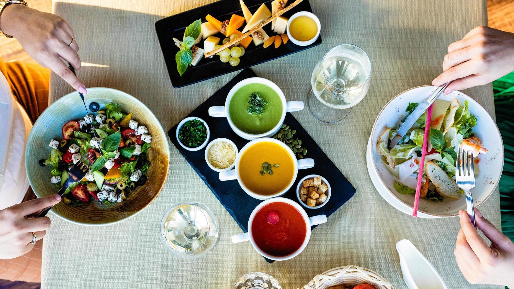mangiare insalata di pollo con diverse zuppe foto