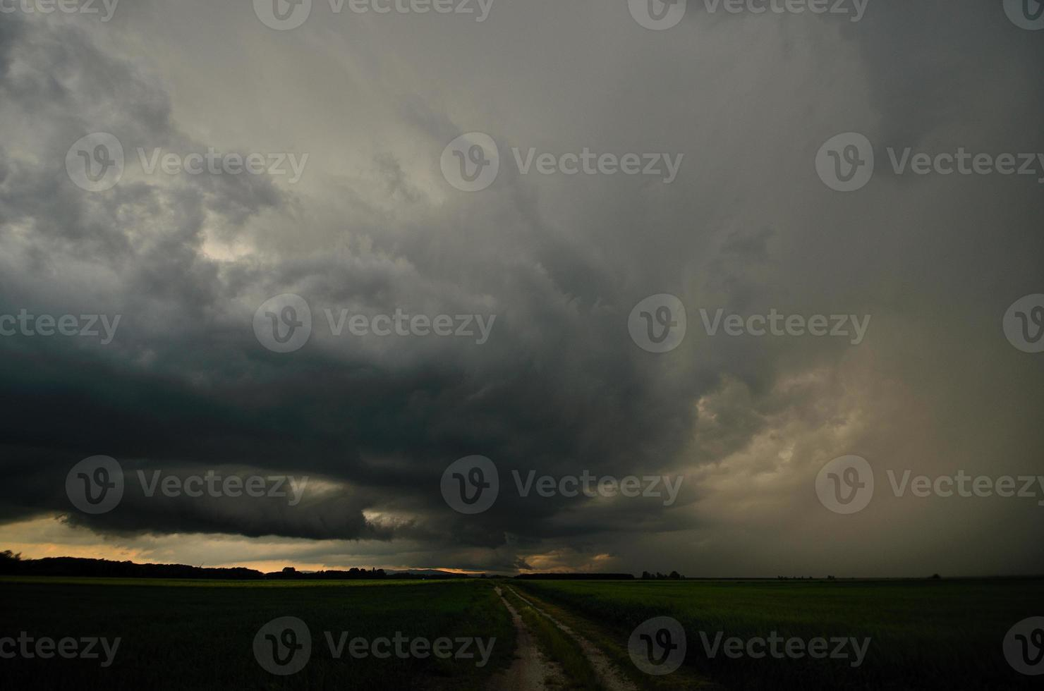 nuvole di tempesta scure foto