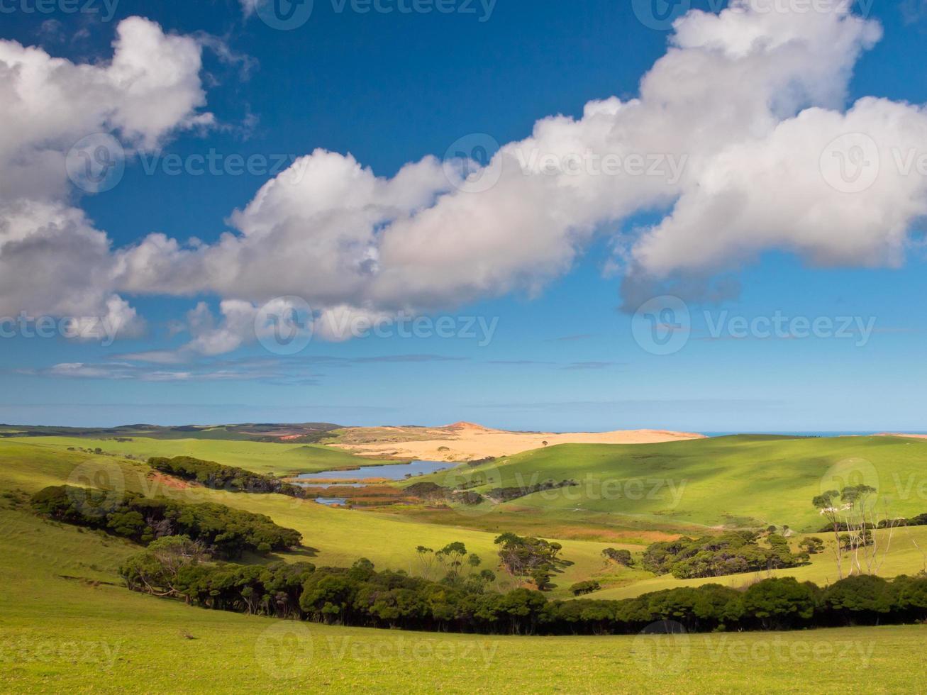 valle verde con cielo blu foto