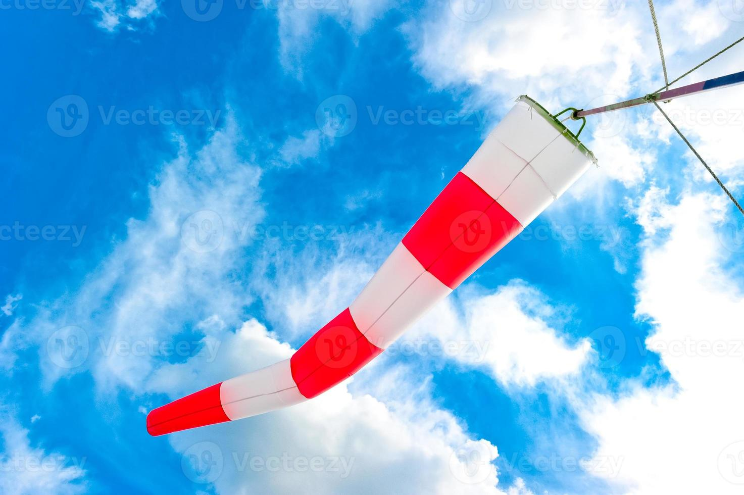 cielo blu e manica a vento a strisce foto