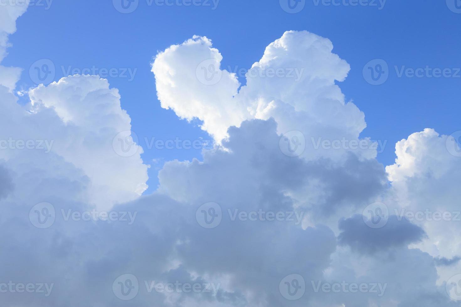 nuvole nel cielo blu foto