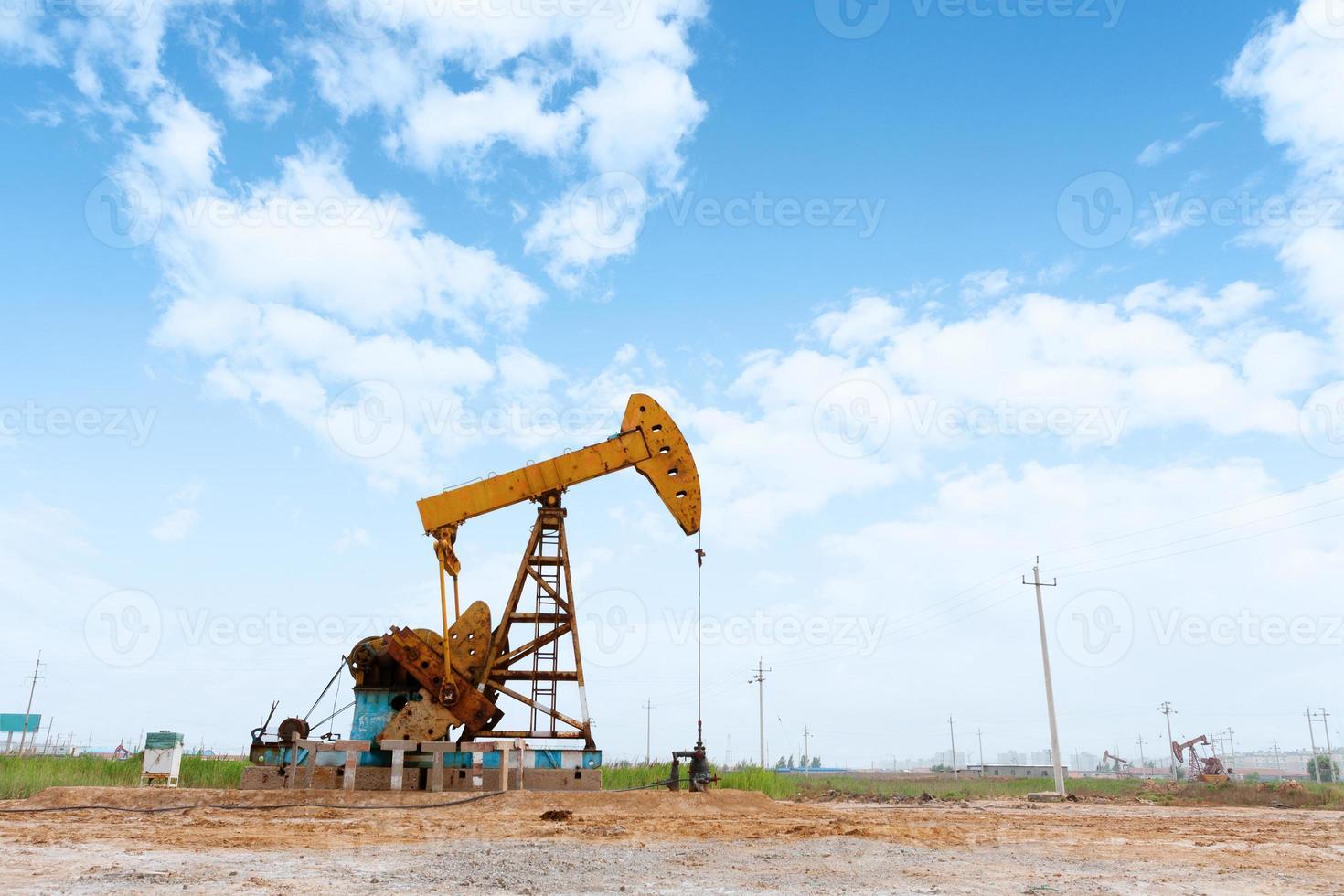 giacimento di petrolio e cielo blu foto