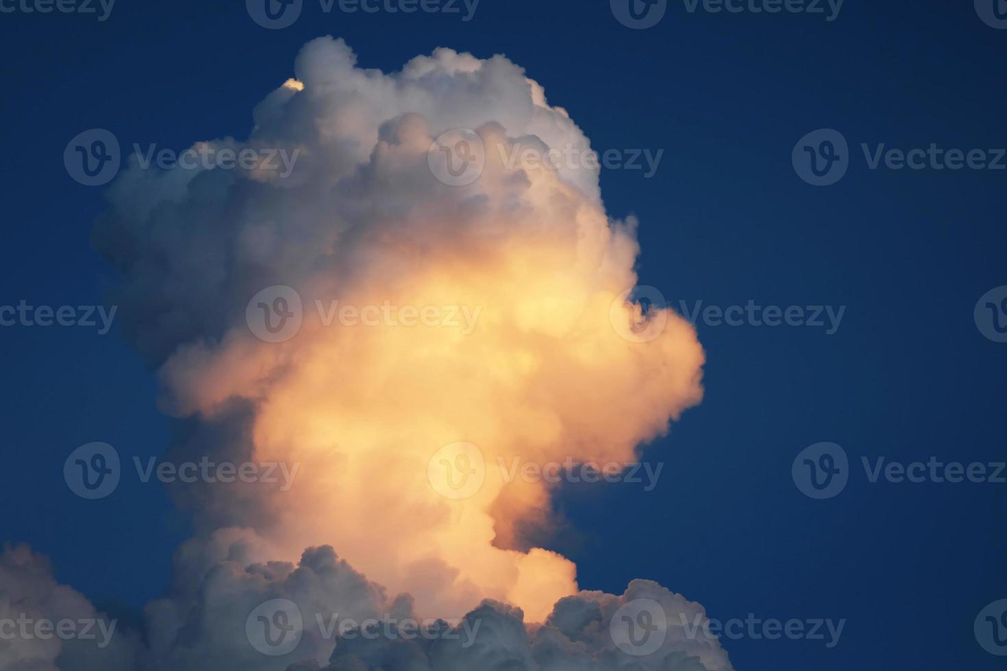 nuvola di tempesta nel cielo foto