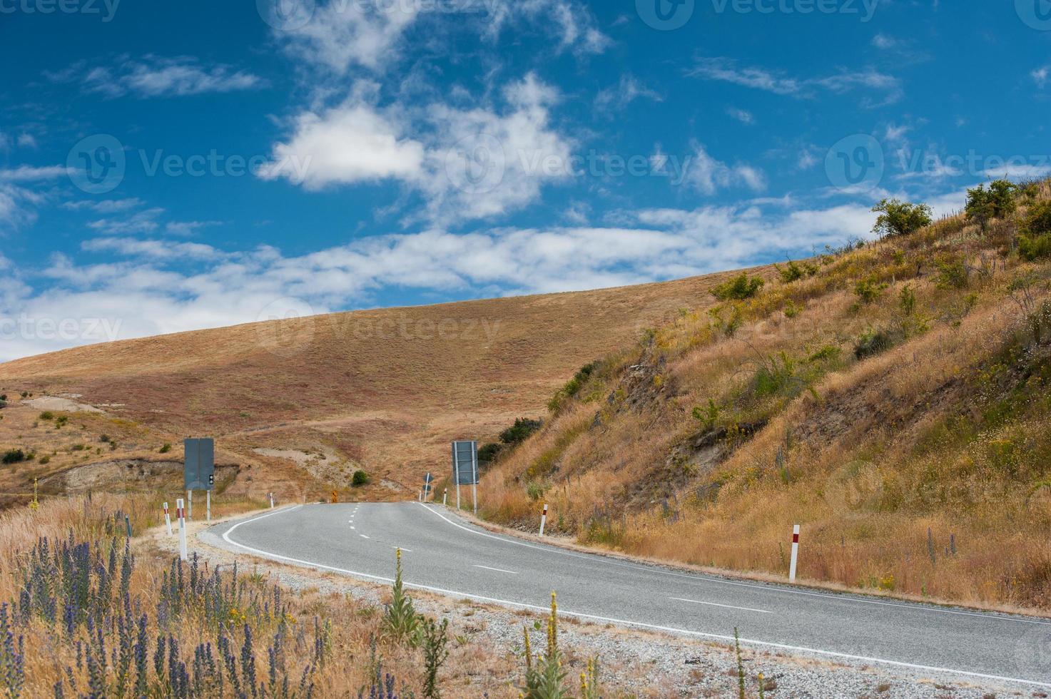 strada curva al cielo blu foto