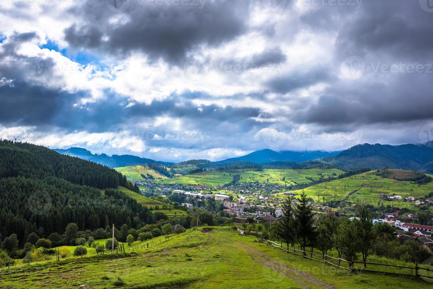 villaggio di montagna sopra il cielo nuvoloso foto