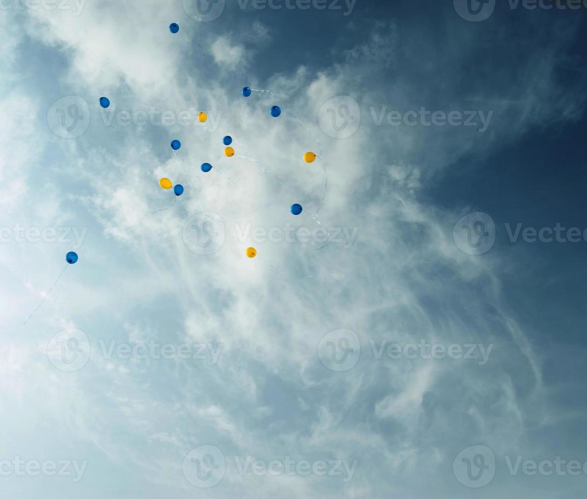 i palloncini si alzano nel cielo. foto