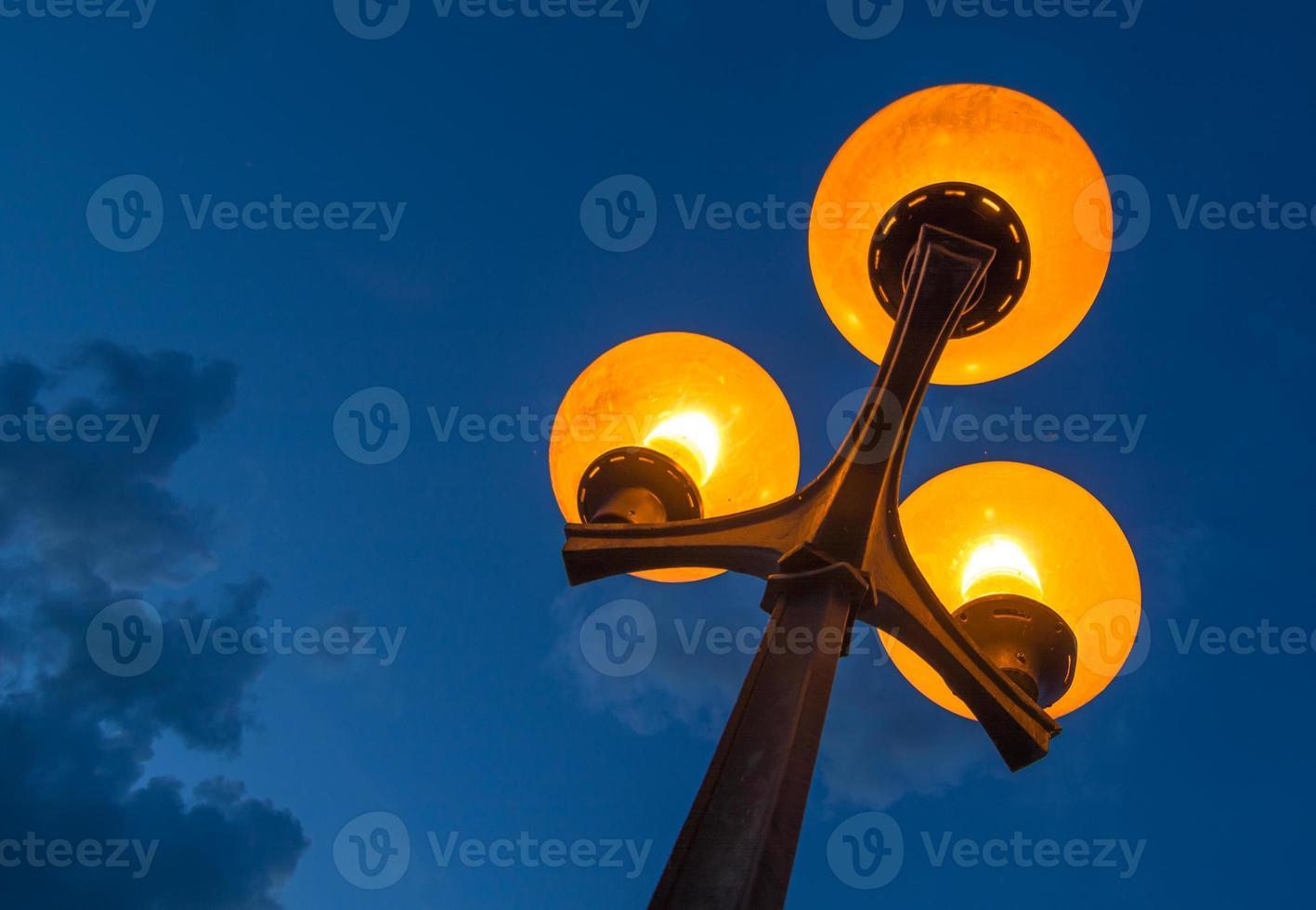 lampione panoramico con cielo notturno nuvoloso foto