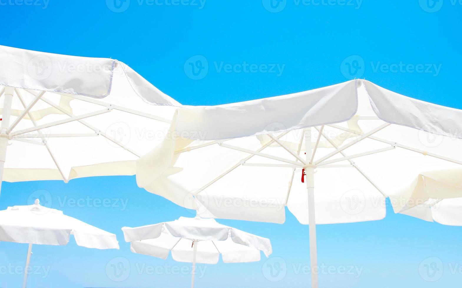 ombrellone contro il cielo blu del mattino foto