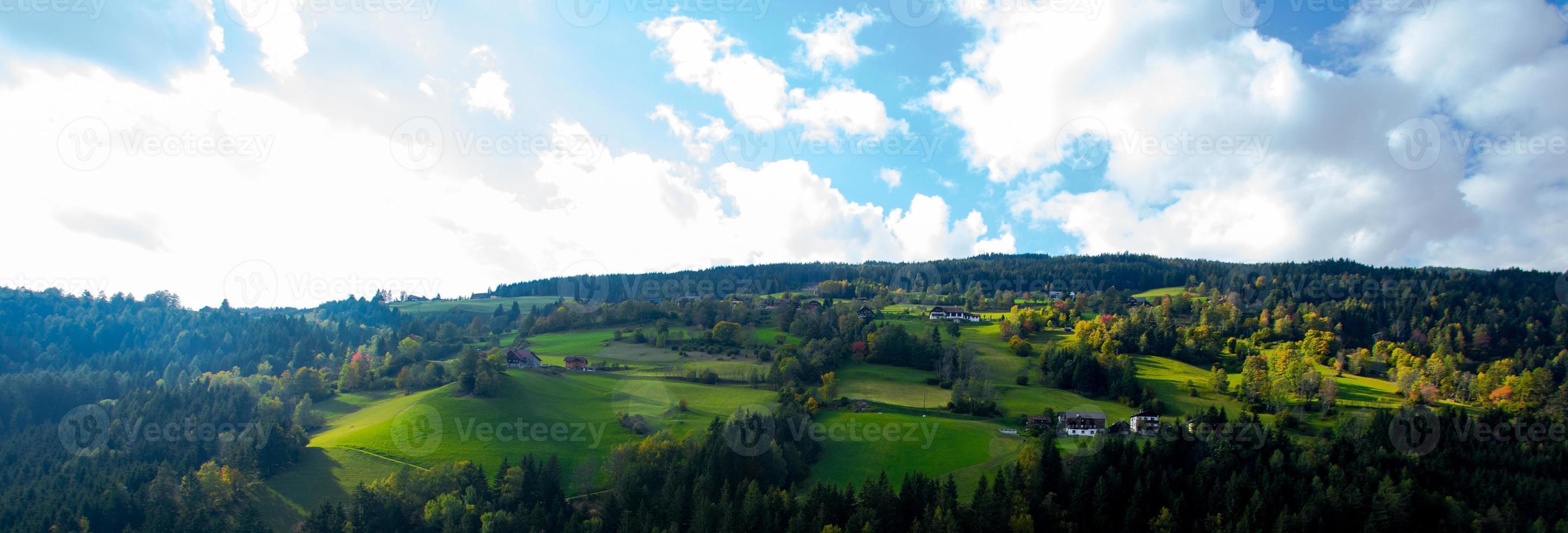 prati verde brillante e cielo blu foto