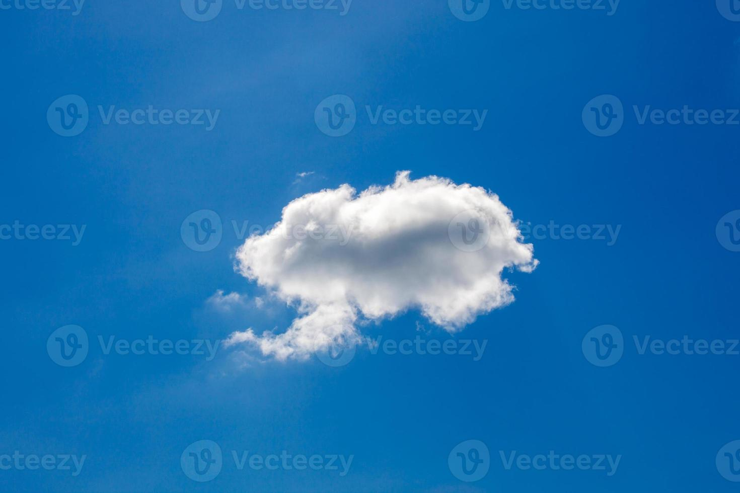 nuvole bianche su sfondo blu cielo foto